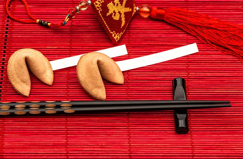 Une belle table chinoise et des fortune cookies pour le réveillon du Nouvel An chinois